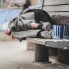 Każą bezdomnym rejestrować się na szczepienia przez internet