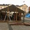 Na Starym Rynku powstaje szopka