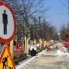 Trwa remont dębowej alei przy Rondzie Ossolińskich