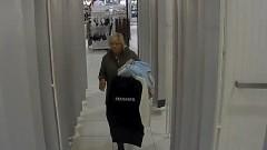 Kradła odzież w Zielonych Arkadach. Poszukuje jej policja [WIDEO]