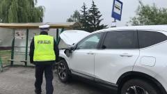 SUV-em w przystanek autobusowy