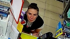 Ukradła portfel i dokonała transakcji płatniczej. Bydgoscy policjanci proszą o pomoc [Tożsamość ustalono]