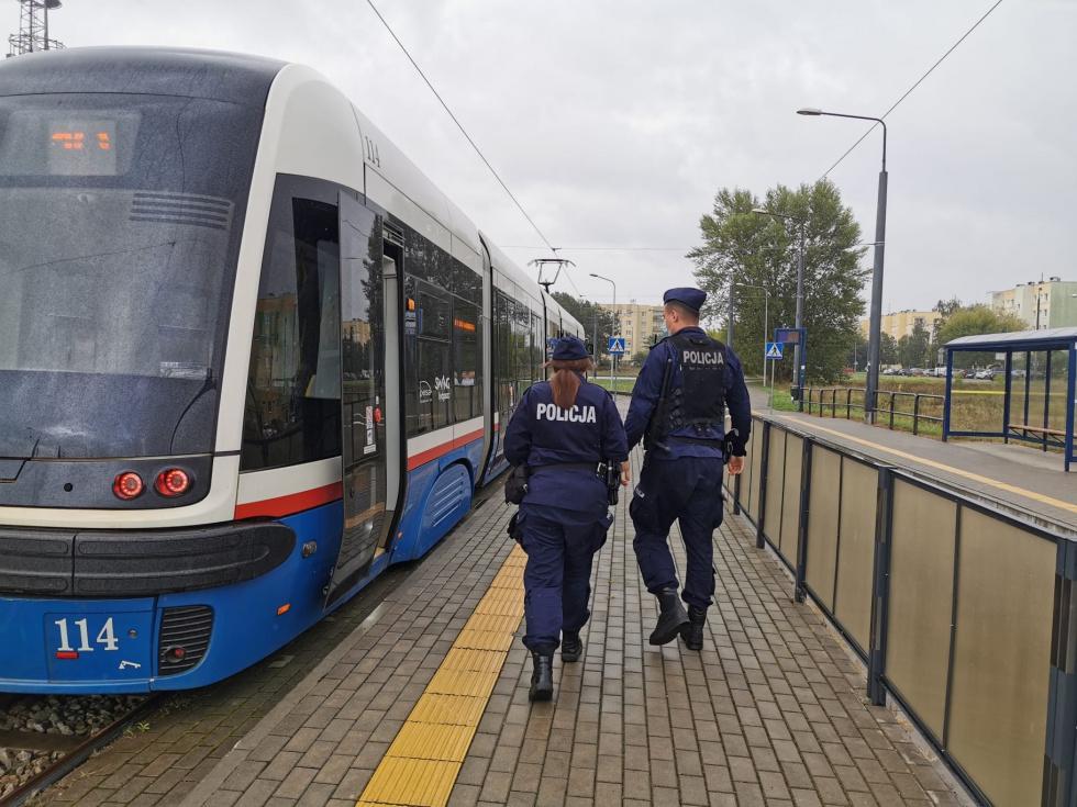 Bydgoscy policjanci kontrolują podróżujących komunikacją miejską
