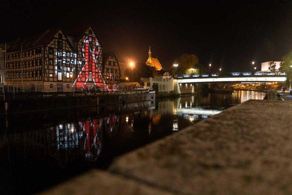 Czerwona kokardka HIV rozbłysła na ulicach Bydgoszczy [FOTO]