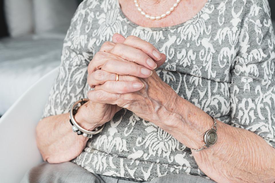 Dzięki szybkiej reakcji policjanta starsza kobieta bezpiecznie trafiła do domu