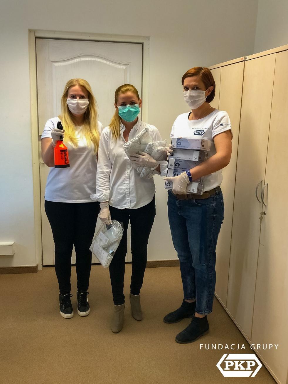 """Fundacja Grupy PKP """"uzbroiła"""" kolejarzy w maseczki ochronne"""