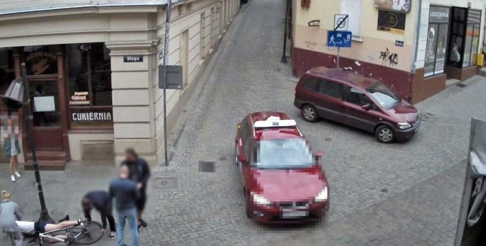 Kierowca Seata wjechał w rowerzystę przy ulicy Długiej [WIDEO]