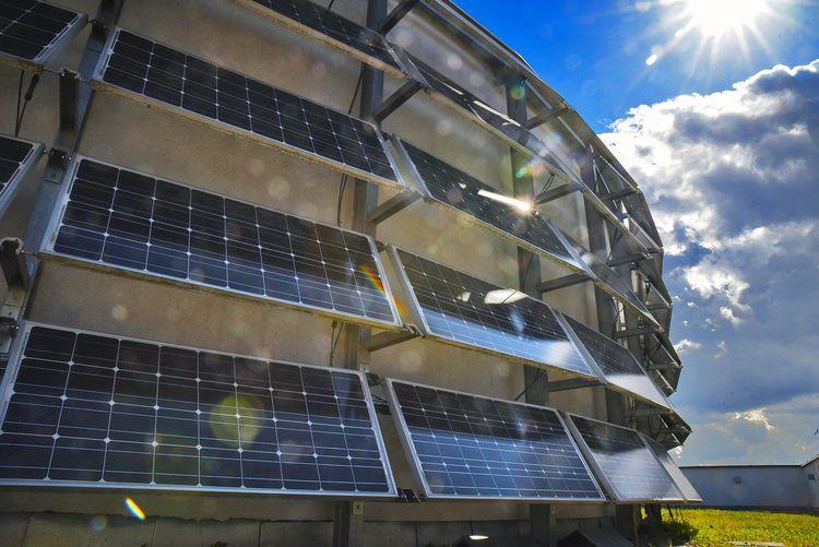 Kolejne budynki w mieście wyposażone zostaną w panele słoneczne