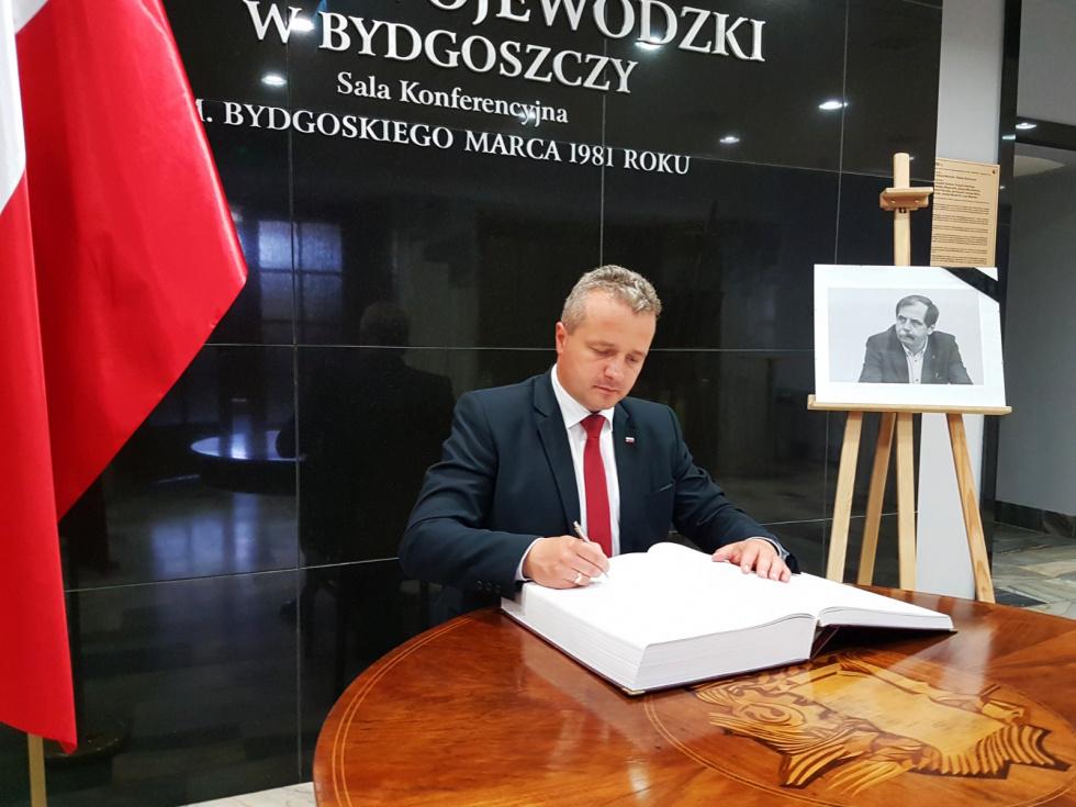 Księga kondolencyjna po śmierci gen. Zbigniewa Nowka w Urzędzie Wojewódzkim