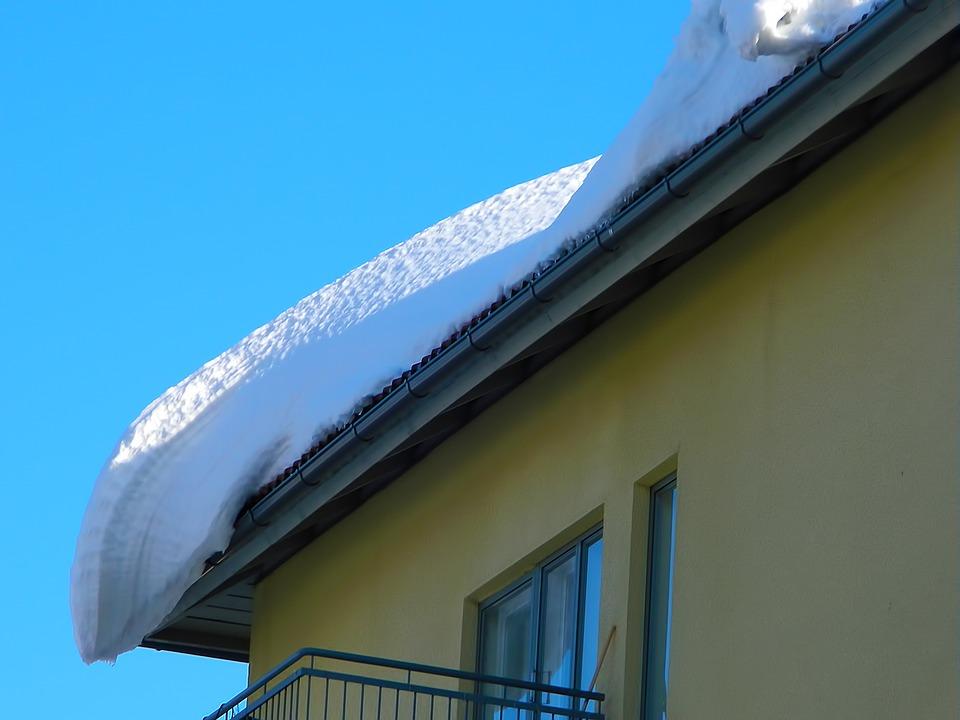 Pamiętajmy o obowiązku odśnieżania dachów