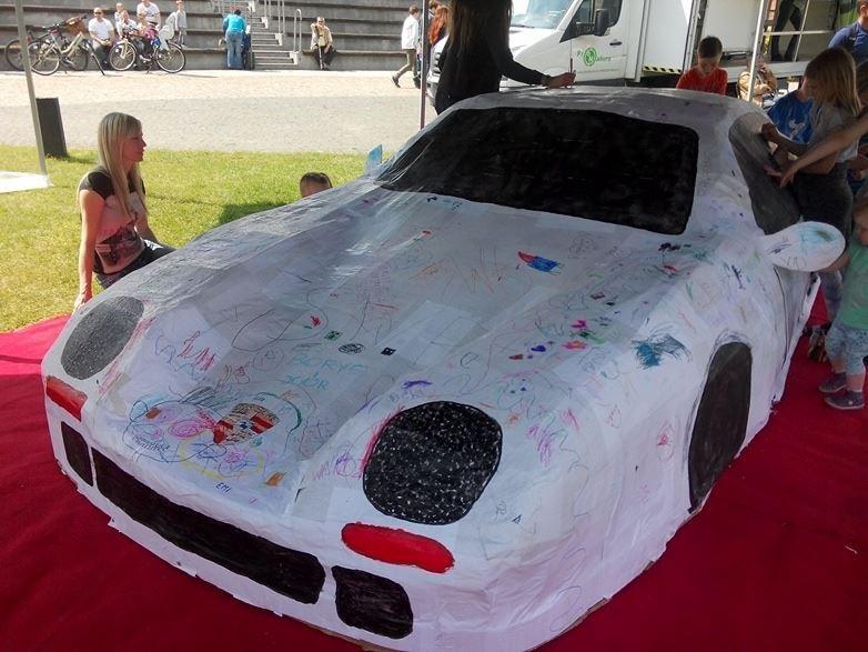 Papierowe Porsche w skali 1:1 stanęło na Wyspie Młyńskiej