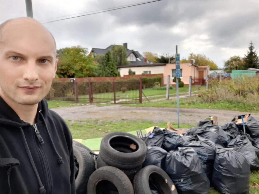 """Policjant z Bydgoszczy """"sprząta swój kawałek Polski"""" [FOTO]"""