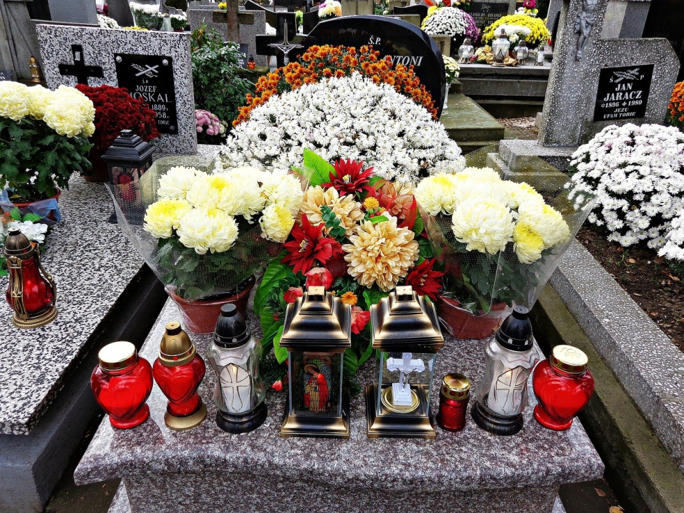 Premier: W najbliższą sobotę, niedzielę 1 listopada, i poniedziałek zamknięte będą cmentarze