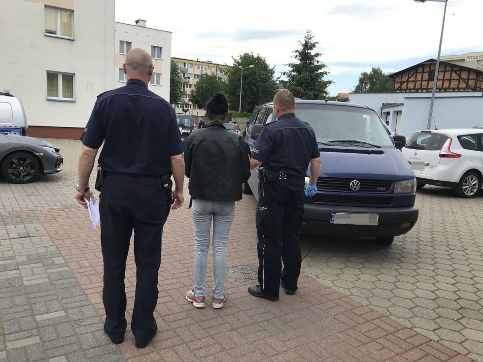 Recydywistka używając przemocy okradła seniorkę z Nakła
