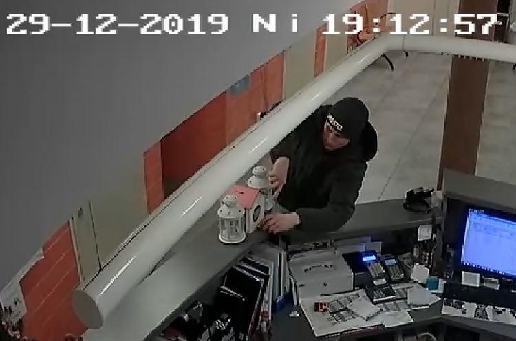 Rozpoznajesz tego mężczyznę? Ukradł skarbonkę z datkami dla bydgoskiego Schroniska dla Zwierząt