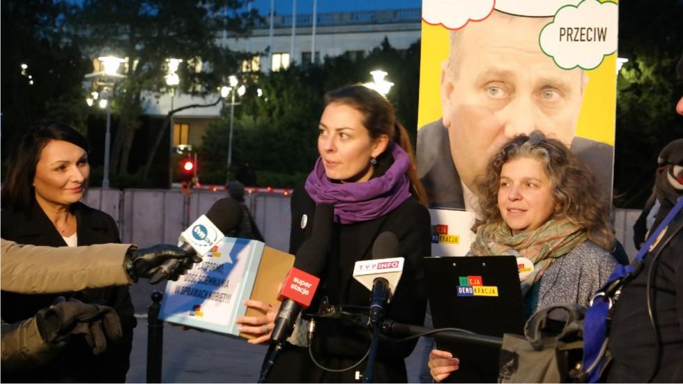 """""""Schetyna, dość ściemniania w sprawie praw kobiet!"""" - Apelują aktywistki i aktywiści Akcji Demokracji"""
