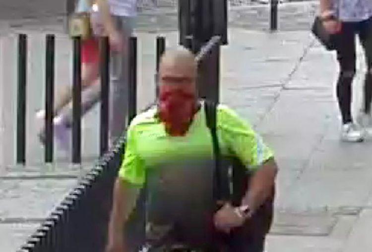 Uderzył kobietę w centrum miasta. Rozpoznajesz go? [FOTO]