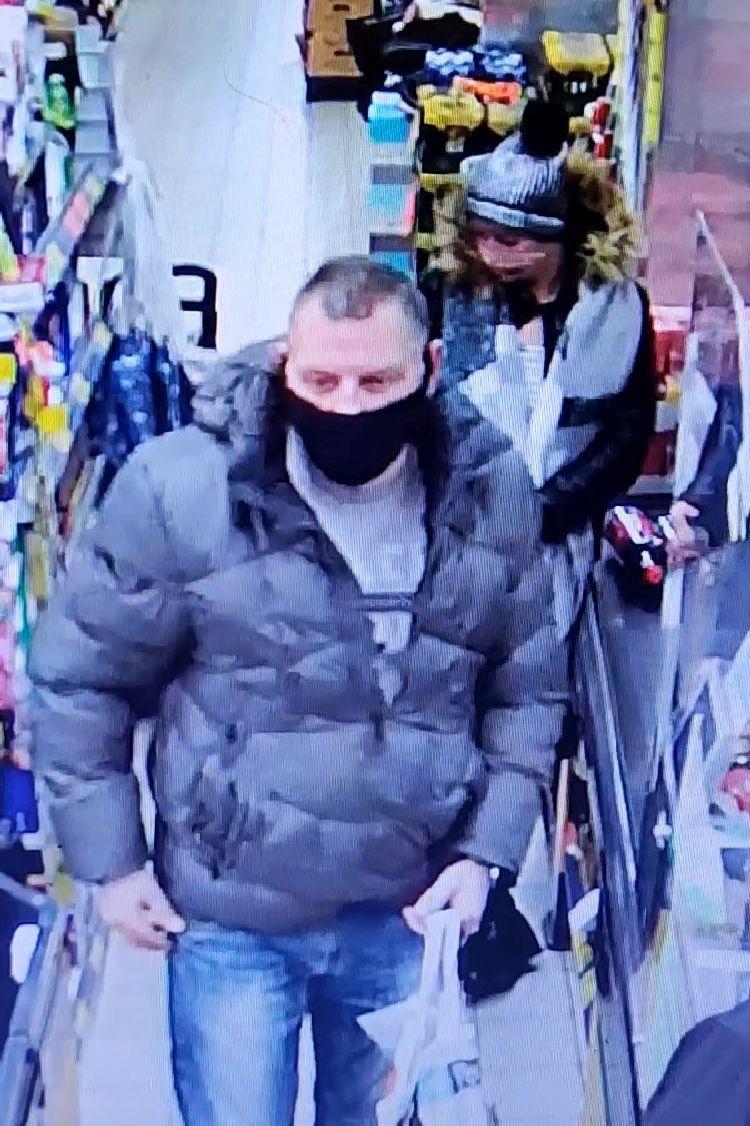 Ukradli kartę bankomatową i dokonywali nią zakupów. Rozpoznajesz ich? [FOTO]