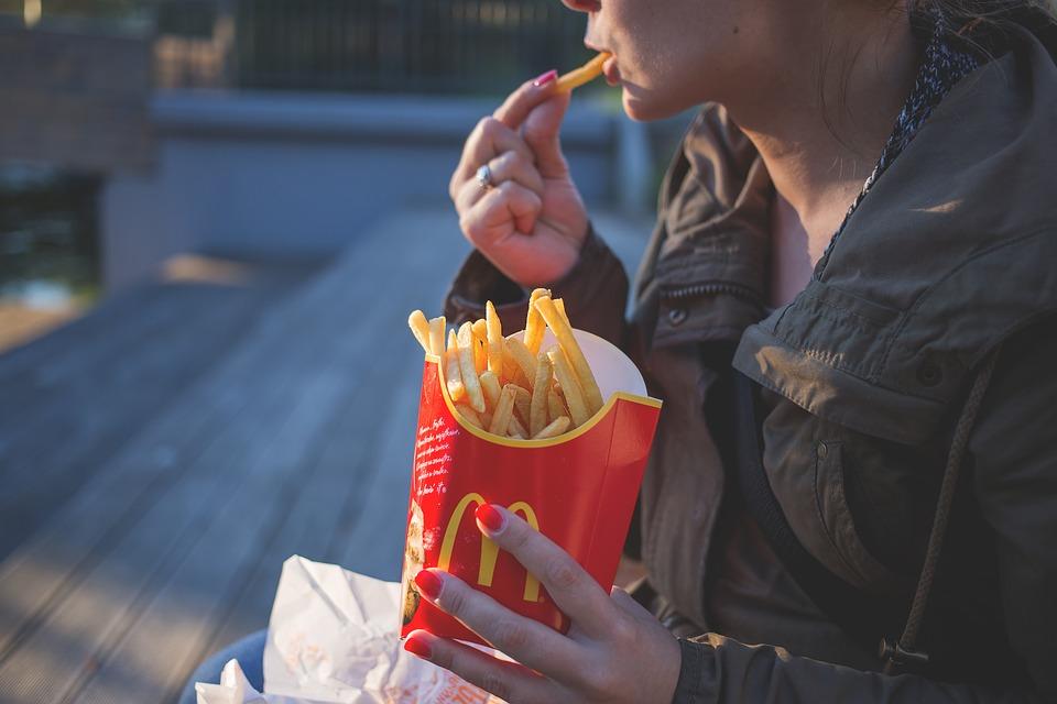 W oczekiwaniu na pociąg zjemy frytki lub burgera. Nowy McDonald's w Bydgoszczy