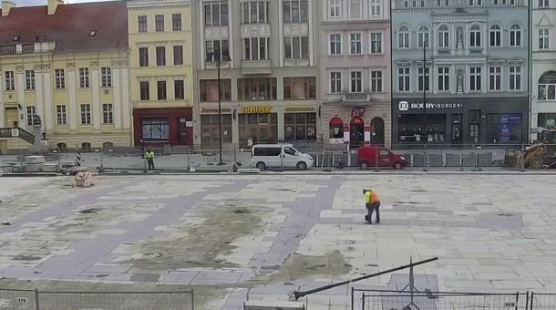 Montaż nowych słupów oświetleniowych na Starym Rynku